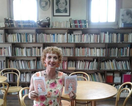 Sandra Burmeister, autora de Chapeka, la niña naranja